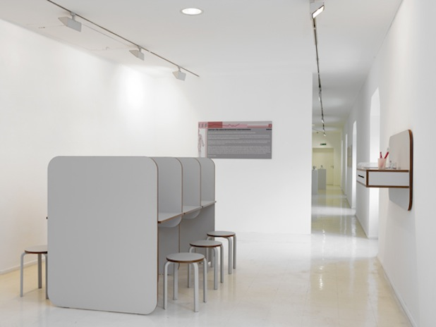 Veronika Witte, ISF- INSTITUT FÜR SOZIO-ÄSTHETISCHE FELDFORSCHUNG, field research and participatory installation, since 2001, survey desks 210 x 120 x 140 cm, 1 shelf 130 x 30 x 10 cm, questionnaires, 6 chairs